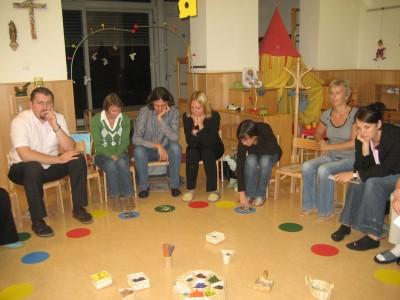 Wir suchen den Mittelpunkt des Kreises. Das Kind ist der Mittelpunkt im Kindergarten. Etwas, das das Kind charakterisiert, wird in die Mitte des Kreises gelegt.