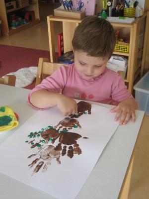 Die Jüngeren gestalten mit Handabdrücken, Fingerabdrücken und Apfeldruck einen Apfelbaum (Eine Arbeit für mehrere Tage)
