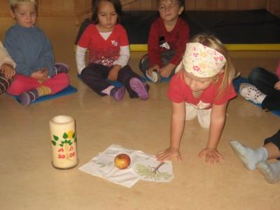 Wir legen um unseren Apfel der Reihe nach Bilder.