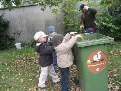 Die Kinder helfen bei der Gartenarbeit.