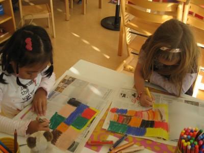 Wir malen fleißig unsere Laternen bunt an.