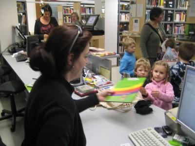 Die Bücher werden registriert, das machen die Kinder selbst.