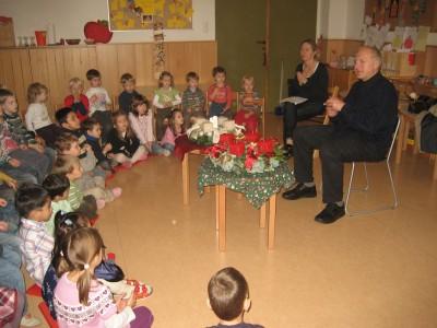 Unser Herr Pfarrer segnet unsere Adventkränze.