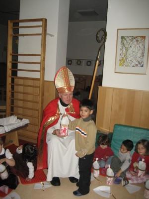 Zum Andenken an ihn hat jedes Kind eine Bischofsmütze gestaltet.